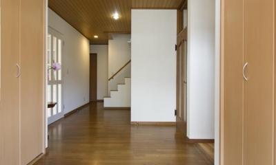 T邸・オリジナルキッチンと家具で光と風が遊ぶ憧れのリビング (玄関2)