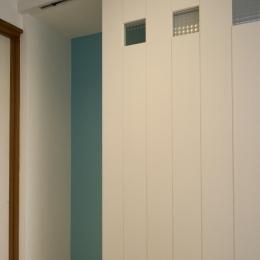 T邸・オリジナルキッチンと家具で光と風が遊ぶ憧れのリビング (子供部屋ドア)