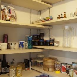 S邸・こだわりをたっぷり詰め込んだ、無垢材の温もり溢れる空間 (キッチンパントリー)