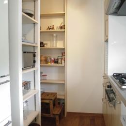 S邸・こだわりをたっぷり詰め込んだ、無垢材の温もり溢れる空間 (パントリー)