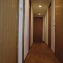 S邸・こだわりをたっぷり詰め込んだ、無垢材の温もり溢れる空間の写真 廊下