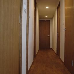 S邸・こだわりをたっぷり詰め込んだ、無垢材の温もり溢れる空間 (廊下)