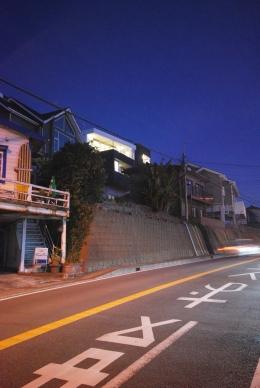 横須賀の住宅 (道路より夜景)