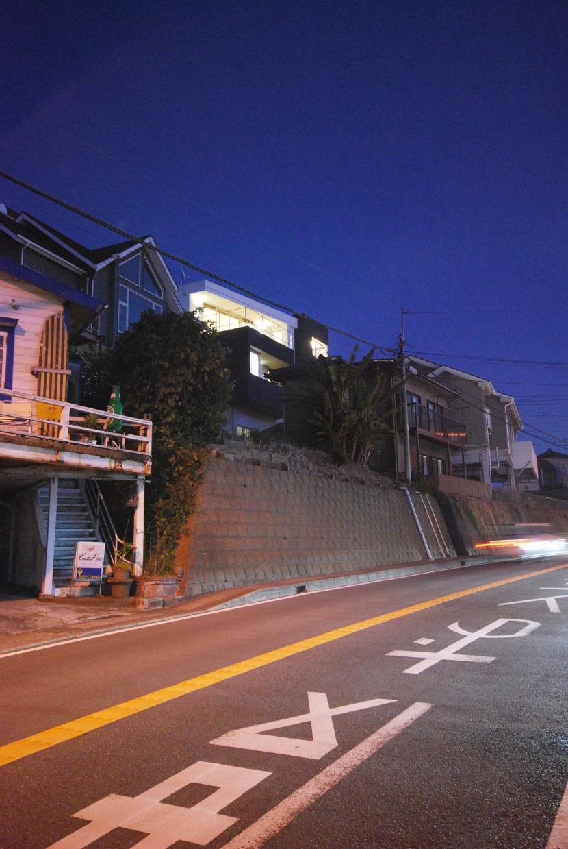 横須賀の住宅の写真 道路より夜景