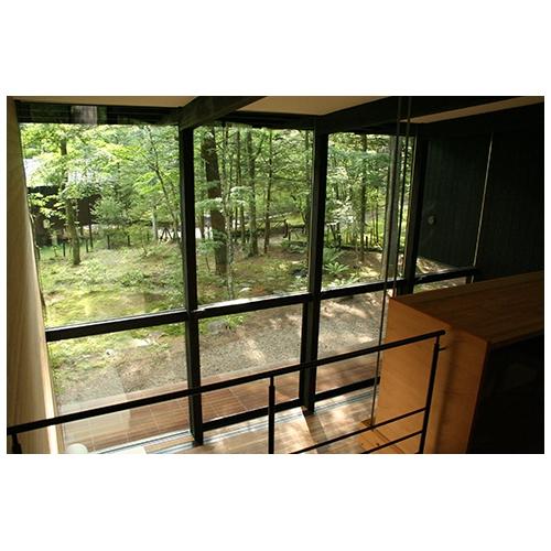 愛宕の山荘の部屋 吹き抜けからの眺望