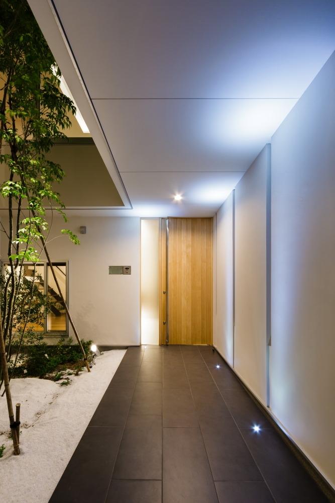 玄関事例:玄関アプローチ(LIGHT COURT HOUSE)