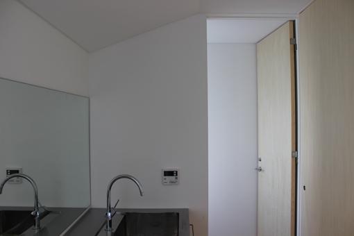 金沢文庫の家の部屋 二階 洗面室