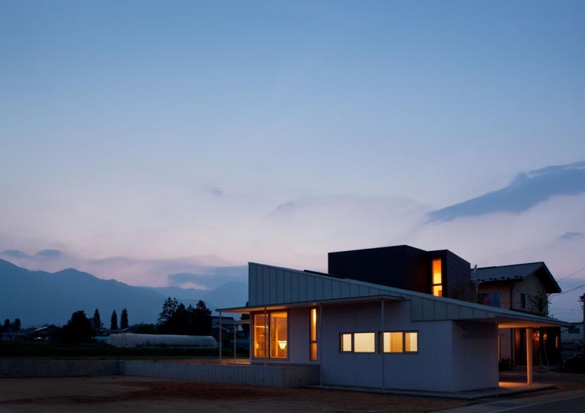 北アルプスに寄り添う、住まいとアトリエ。の部屋 外観 夕景