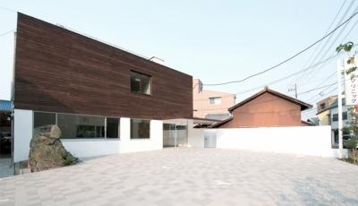 海田のクリニック (白い壁で柔らかく囲われる空間)