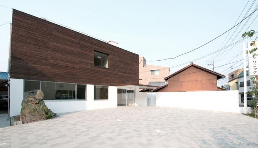 海田のクリニックの部屋 白い壁で柔らかく囲われる空間