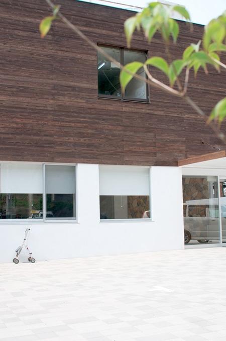海田のクリニックの部屋 木板張りの外観