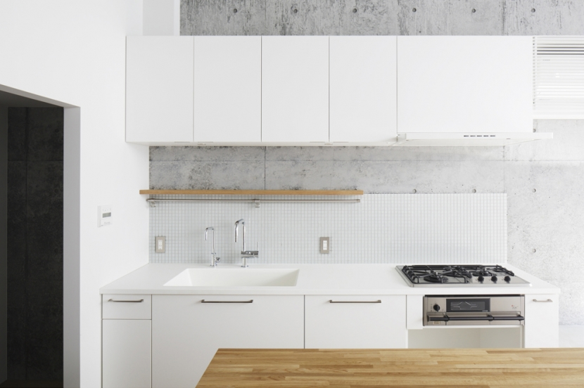 キッチン事例:明るいオリジナルキッチン(House D)