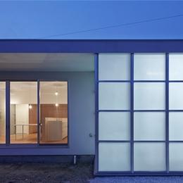 桂川の住宅 (行灯のようなガレージを持つ外観)