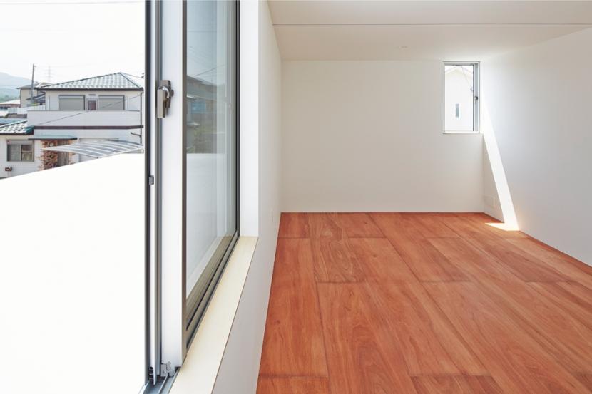 桂川の住宅の部屋 合板床を用いたベッドルーム