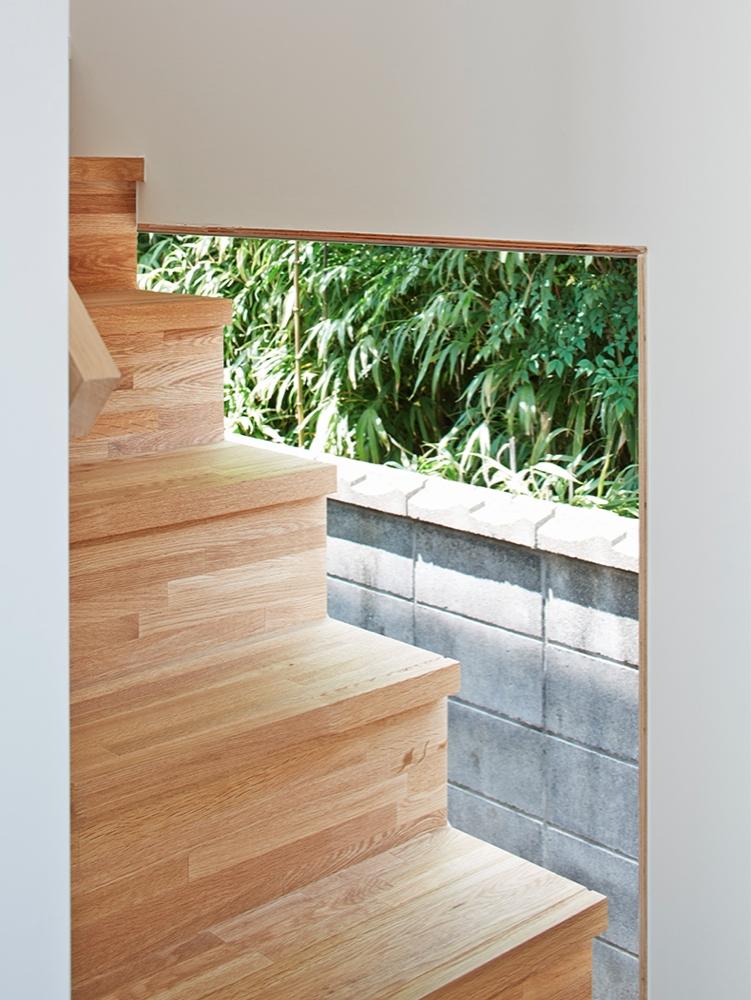 桂川の住宅の部屋 外部に面した明るい階段