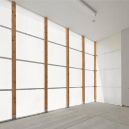 桂川の住宅 (半透明素材に包まれたガレージ空間)
