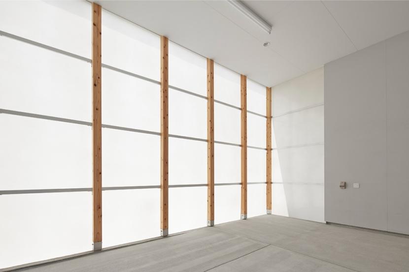 桂川の住宅の部屋 半透明素材に包まれたガレージ空間