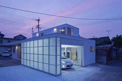 桂川の住宅 (ぼんやりと静かにたたずむ夕景)