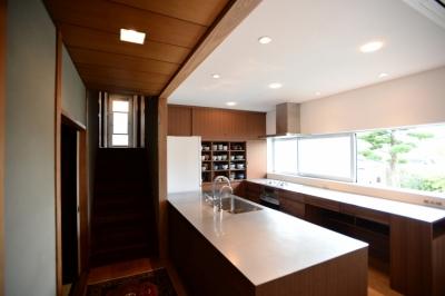 既存部(廊下から左)と改修部(キッチンスペース) (F邸 キッチン改修 | HOUSE F Renovation I)