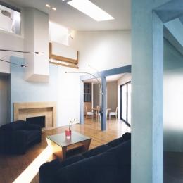 横浜の家 (ブルーカラーがポイント、勾配天井のリビング・その1)