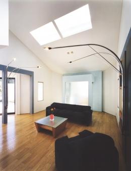 横浜の家 (ブルーカラーがポイント、勾配天井のリビング・その2)