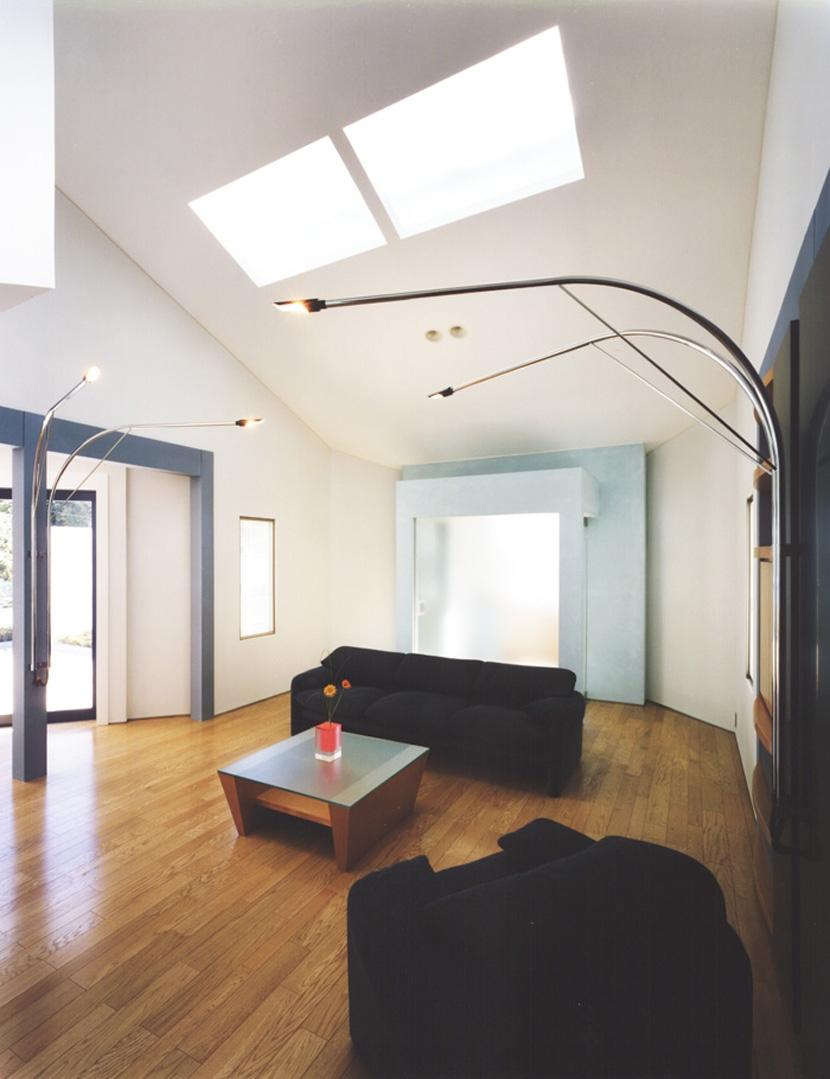 横浜の家の部屋 ブルーカラーがポイント、勾配天井のリビング・その2