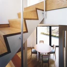 横浜の家 (階段室からダイニングルームを見る)