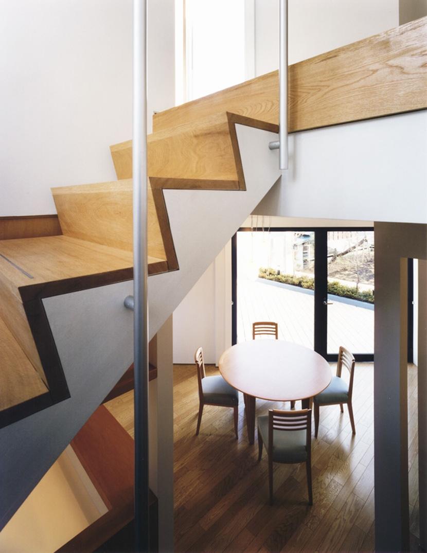 横浜の家の部屋 階段室からダイニングルームを見る