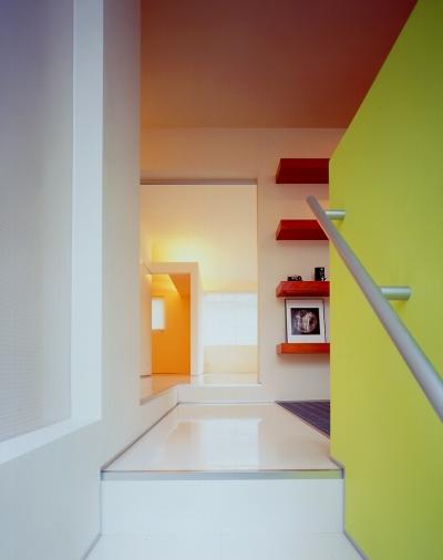階段室からギャラリーを見る (シルバーボックス)