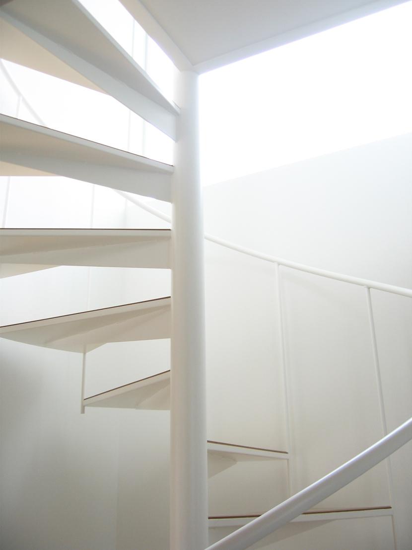 螺旋階段の家の部屋 光の中の螺旋階段