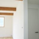 螺旋階段の家の写真 リビングの三本梁