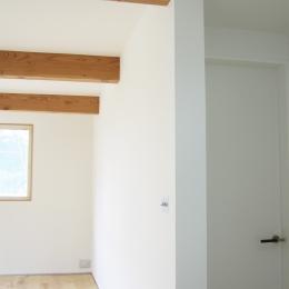 螺旋階段の家 (リビングの三本梁)
