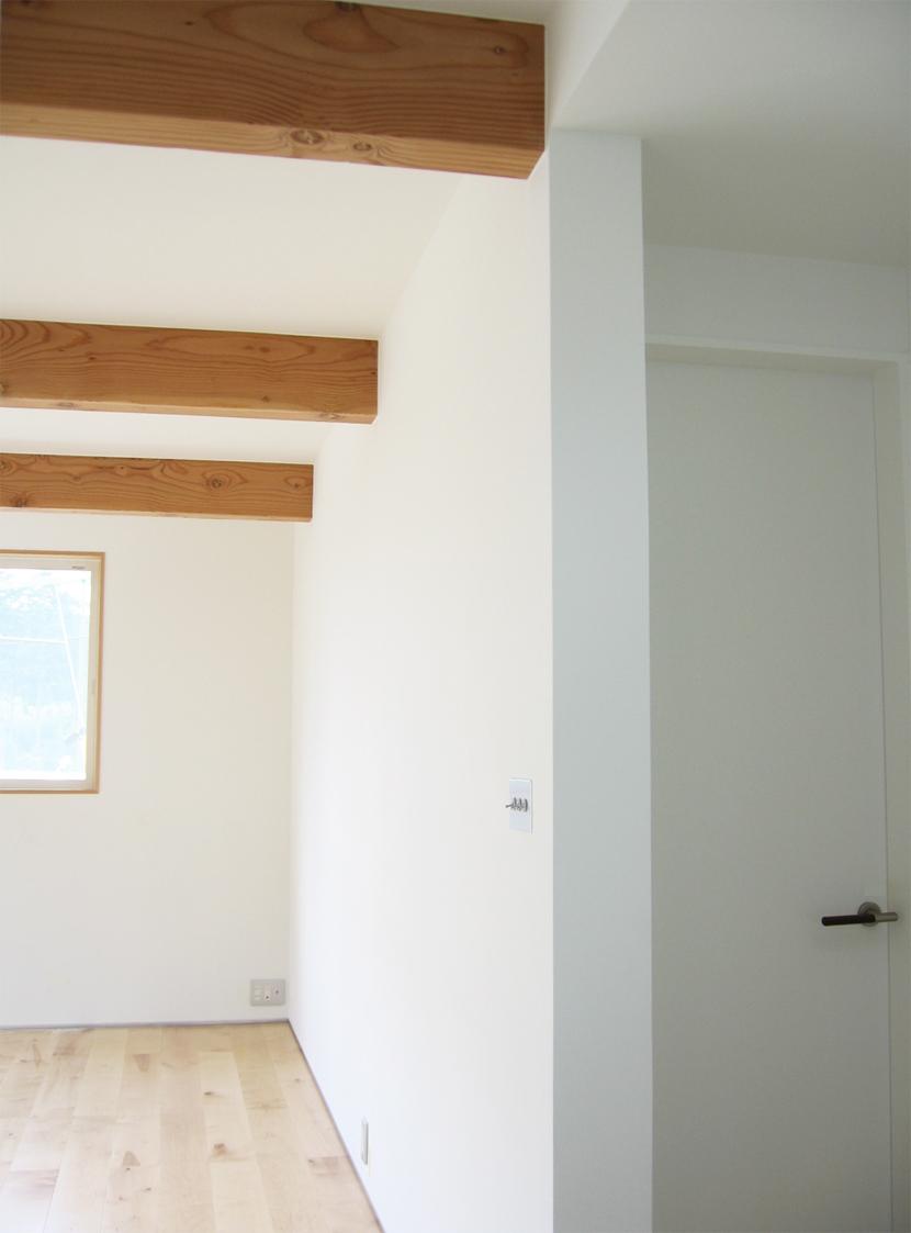 螺旋階段の家の部屋 リビングの三本梁