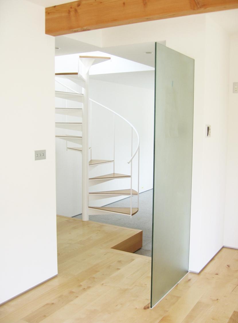 リビングダイニング事例:リビングから見た螺旋階段・その2(螺旋階段の家)