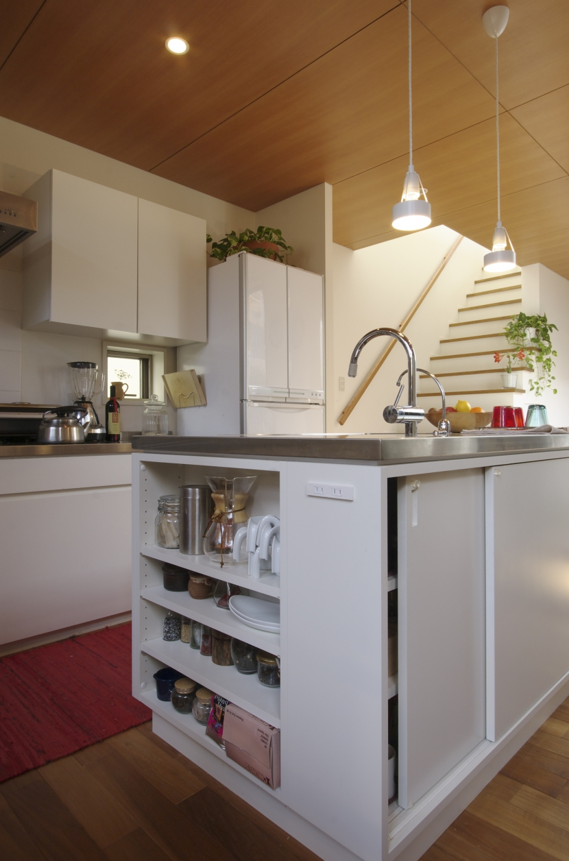 森に臨むコートハウスの写真 アイランドキッチン