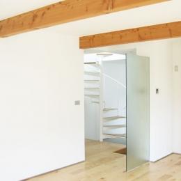 螺旋階段の家 (リヴィングから螺旋階段を見る・その1)