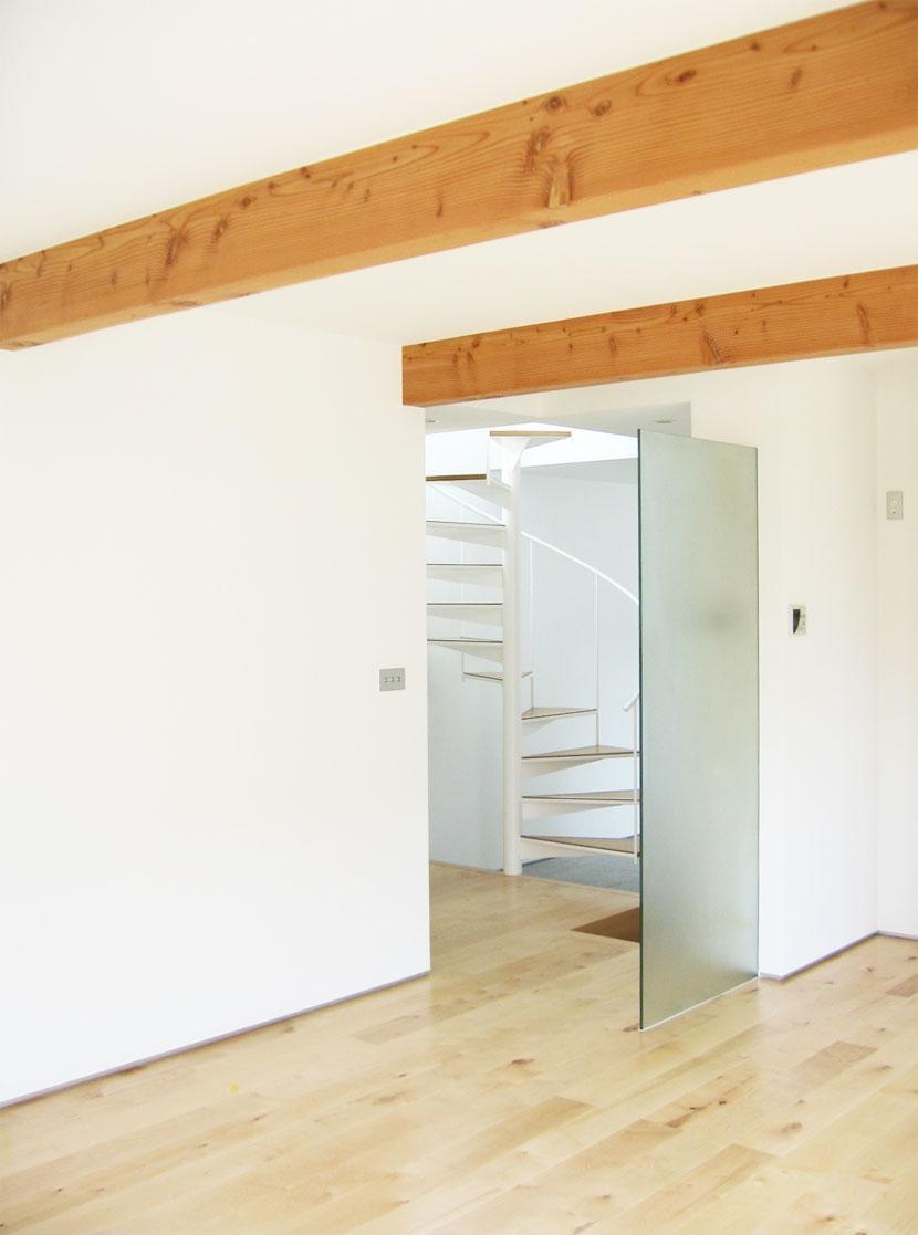 螺旋階段の家の部屋 リヴィングから螺旋階段を見る・その1