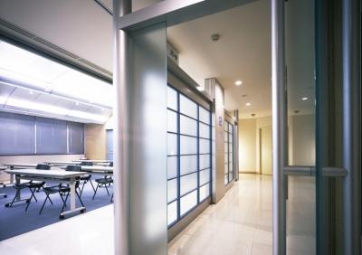 企業本社屋のホールデザイン・リノベーション (パッセージからホールを見る)