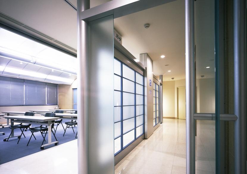 企業本社屋のホールデザイン・リノベーションの写真 パッセージからホールを見る
