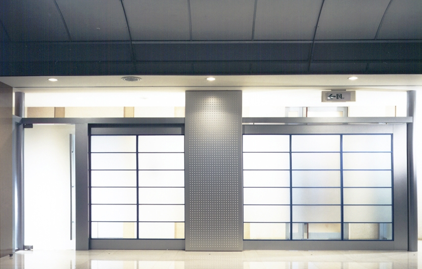 企業本社屋のホールデザイン・リノベーションの写真 ホールからパッセージ側を見る・その1
