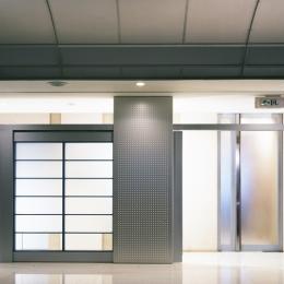 企業本社屋のホールデザイン・リノベーション (ホールからパッセージ側を見る・その2)