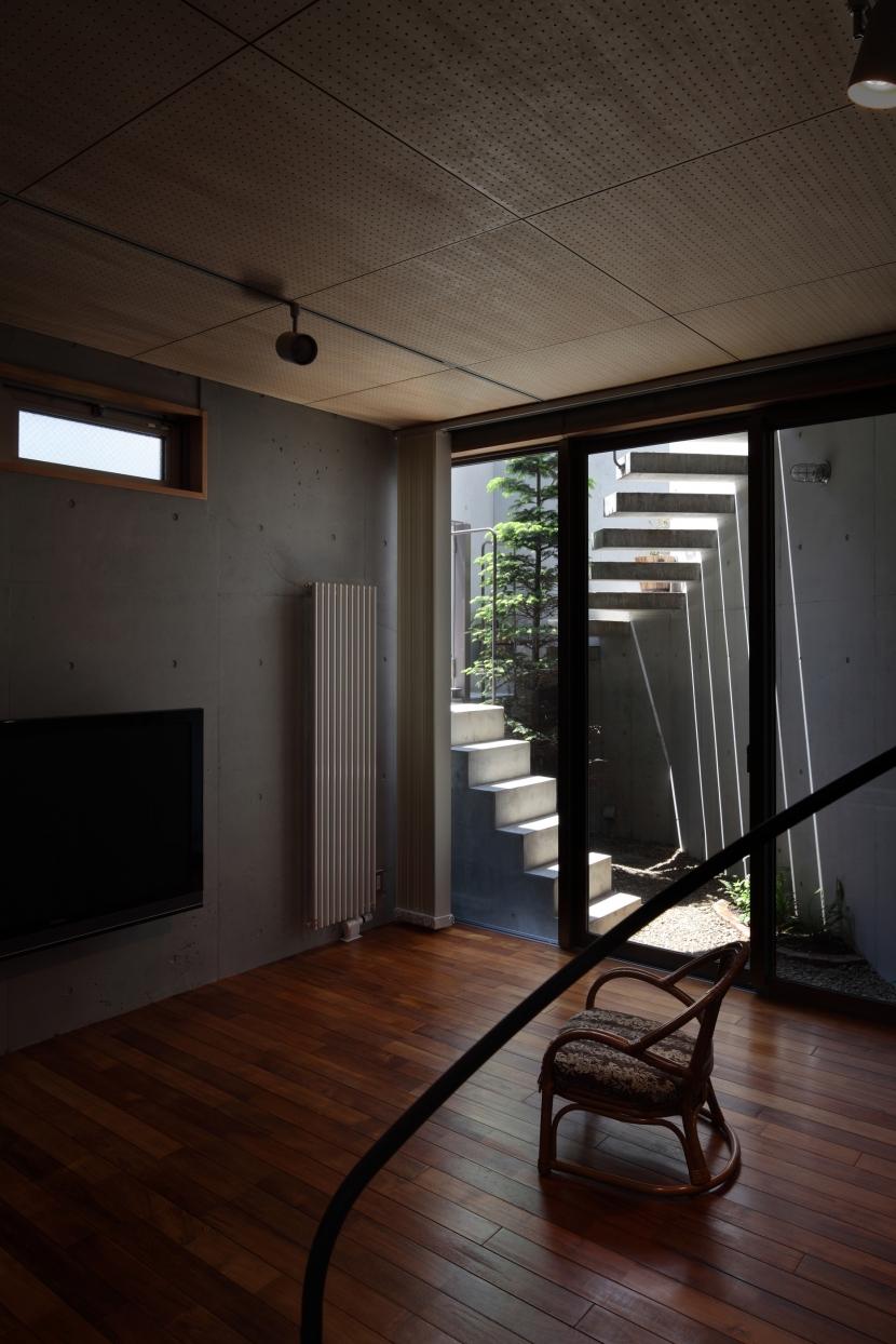 狭小変形敷地を使い尽くした家の写真 半地下のリビング