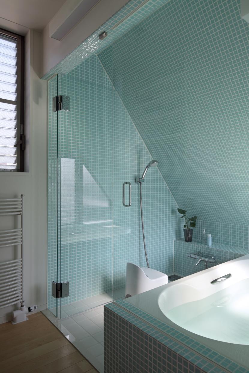 狭小変形敷地を使い尽くした家の写真 浴室