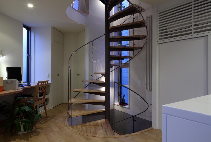 狭小変形敷地を使い尽くした家の写真 螺旋階段