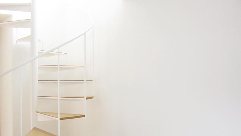 螺旋階段の家の部屋 白い壁と螺旋階段