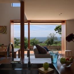 海を見下ろす高台の家 (海を臨むキッチン)