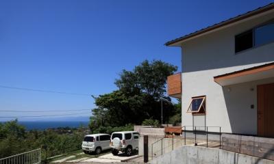 海を見下ろす高台の家 (外観)