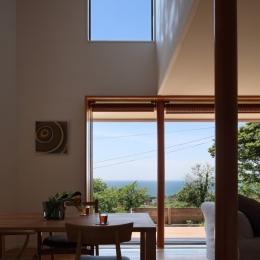 吹き抜けのダイニング (海を見下ろす高台の家)