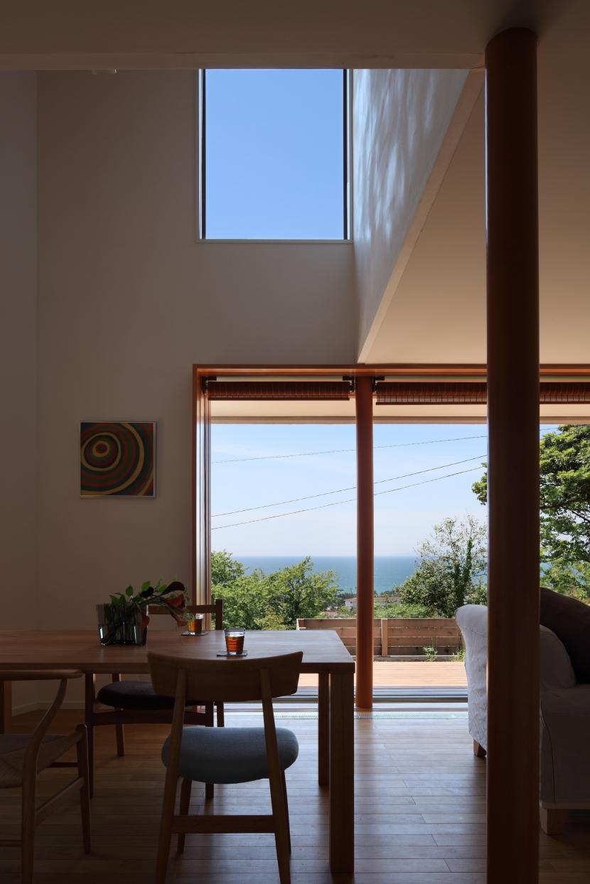 海を見下ろす高台の家 (吹き抜けのダイニング)