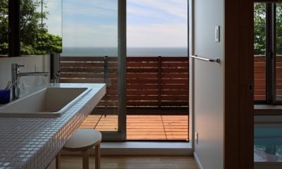 海を見下ろす高台の家 (バルコニーに通じる洗面室)